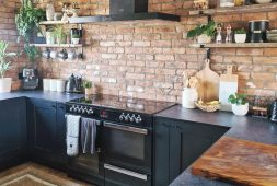 black-is-a-noble-color-great-in-kitchen-cabinets
